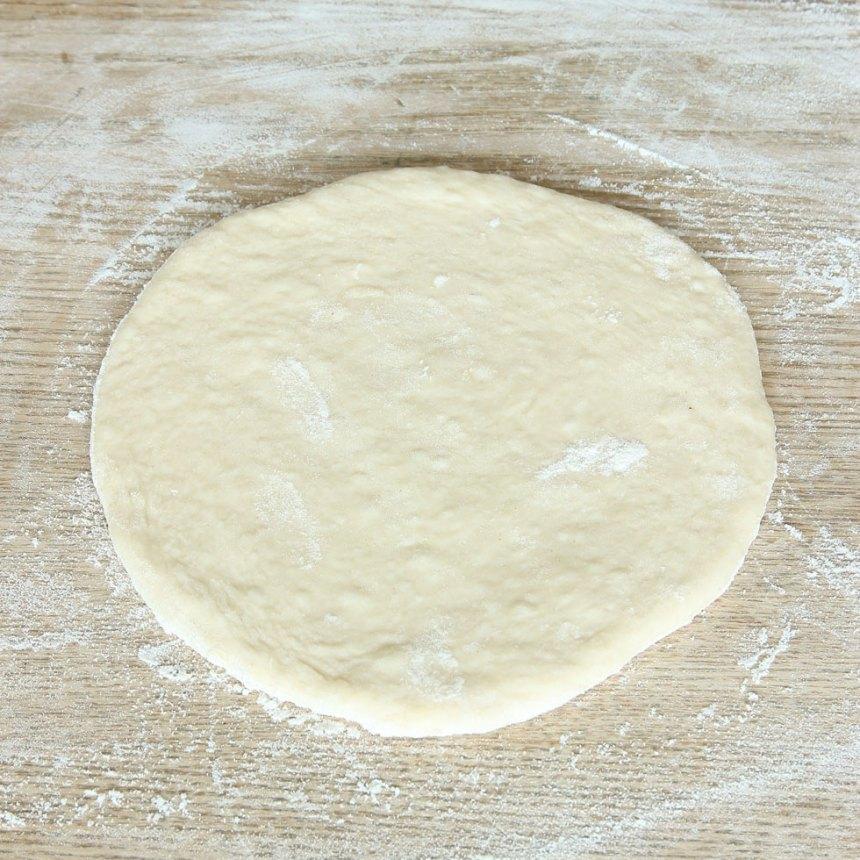 2. Dela degen i 10–14 bitar. Kavla ut dem till rundlar, ½–¾ cm tunna, på ett mjölat bakbord.
