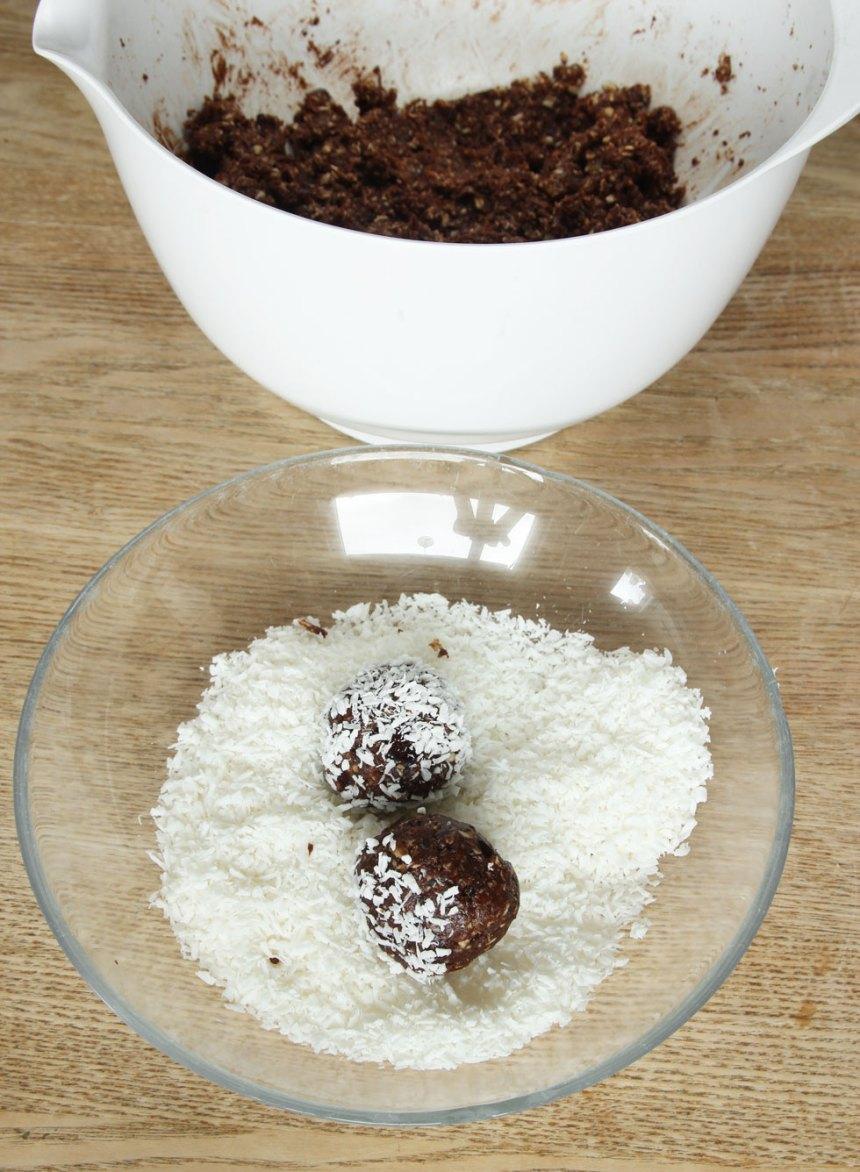 4. Gör bollar av smeten och rulla dem i kokos. Om smeten är för torr kan du tillsätta lite vatten eller mer kaffe så bollarna blir kladdigare och kokosen fäster bättre. Förvara bollarna i kylen eller frys in dem och ta fram vid behov.