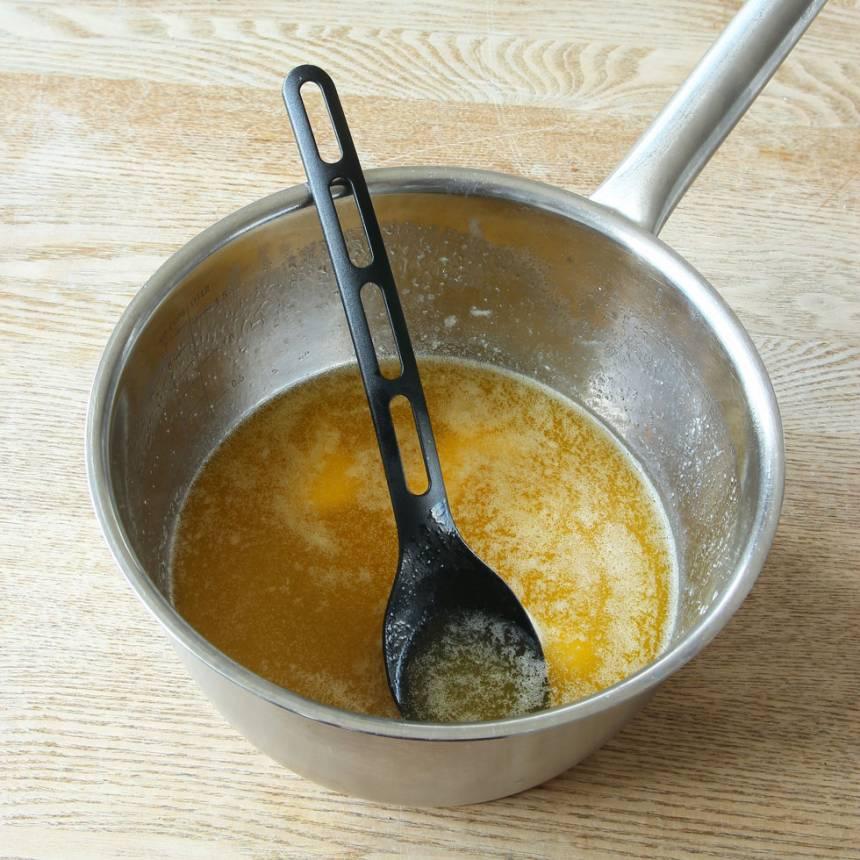 1. Sätt ugnen på 180 grader. Smält smöret i en rymlig kastrull.