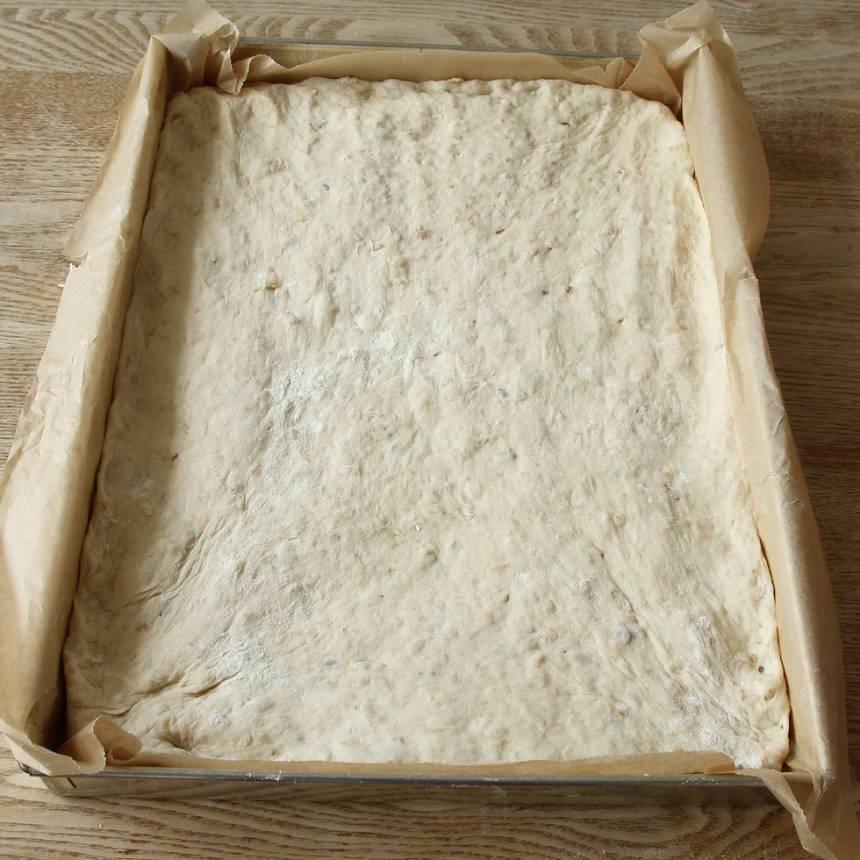 2. Tryck ut degen i en långpanna, ca 25 x 35 cm klädd med bakplåtspapper (en vanlig ugnsplåt går också bra) med mjölade händer.