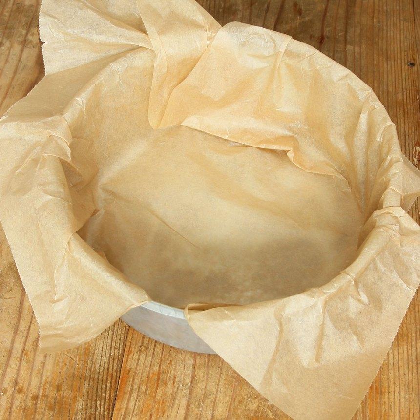 1. Sätt ugnen på 175 grader. Klä en rund form, 20–22 cm i diameter med bakplåtspapper.