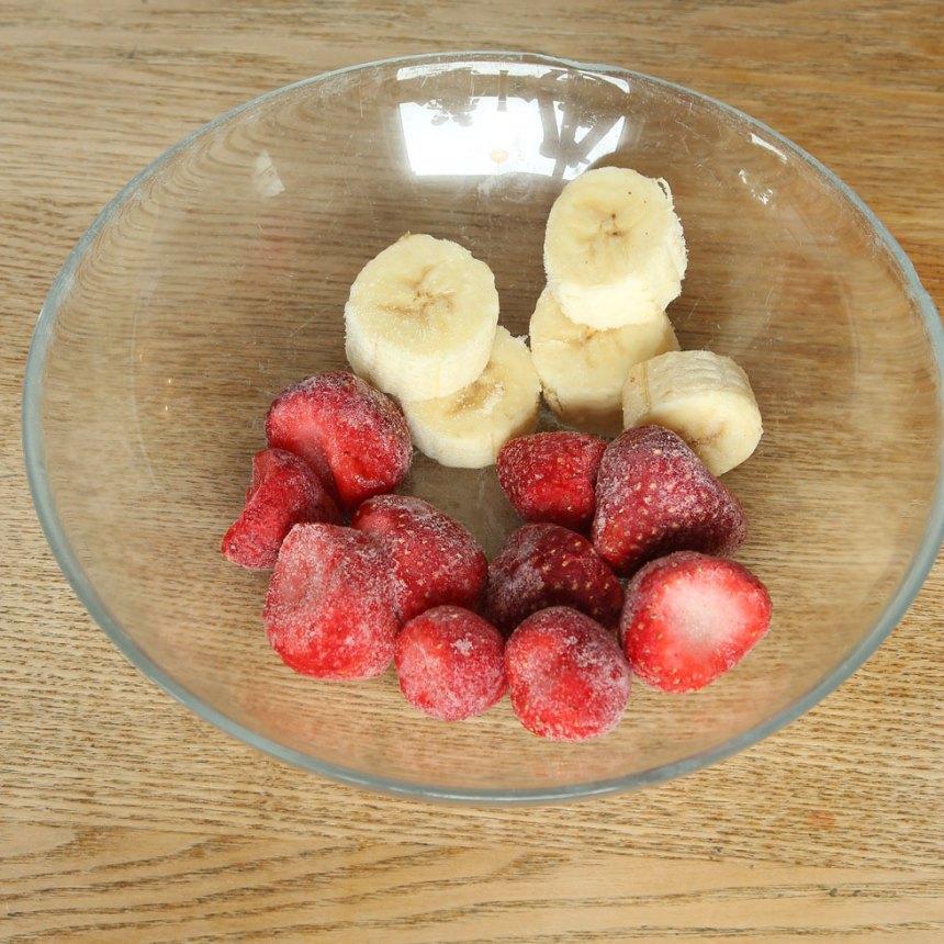 1. Frys in jordgubbar och banan i bitar.