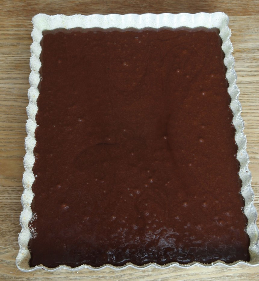 2. Häll smeten i en smord och bröad form, ca 14 x 22 cm.