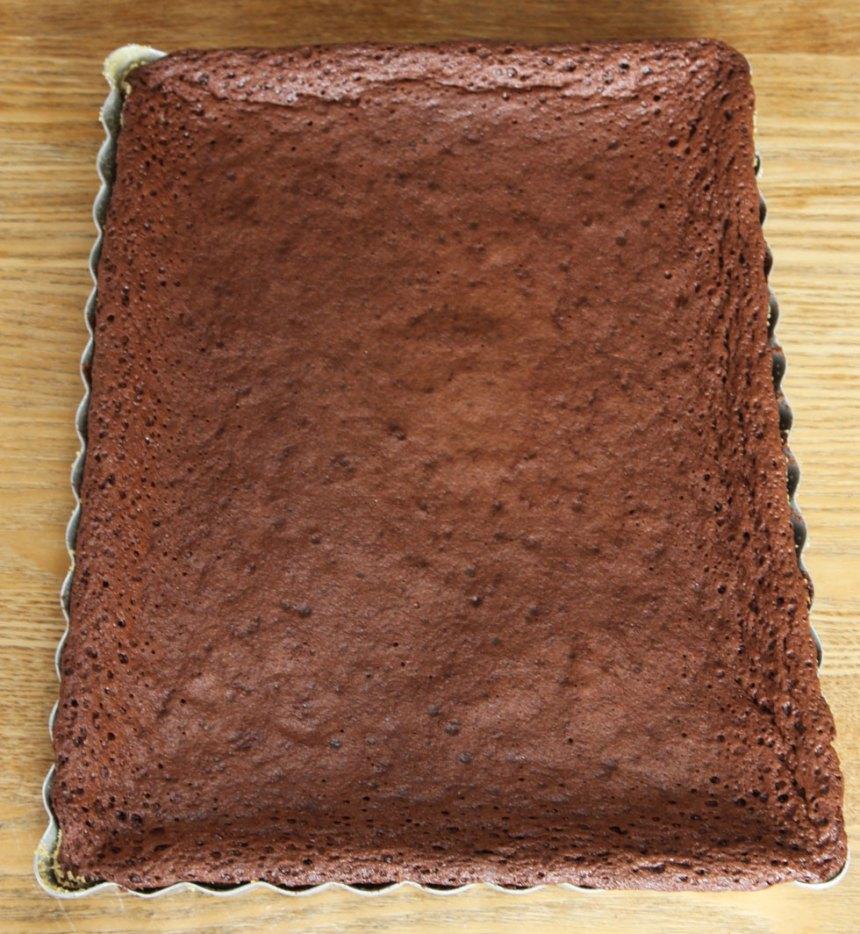3. Grädda kakan mitt i ugnen i 20–25 min beroende på hur kladdig du vill ha den. Låt den kallna i formen. Pudra över florsocker. Värm Nutella i mikron och ringla den över kakan.