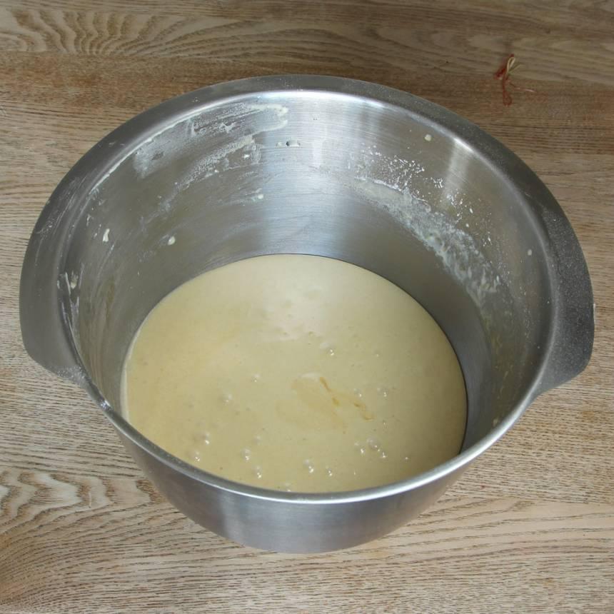 3. Vispa ägg och strösocker pösigt i en bunke. Blanda ihop vaniljsocker, bakpulver och vetemjöl. Rör ner de torra ingredienserna ihop med smöret i äggsmeten. Blanda ihop allt till en slät smet.