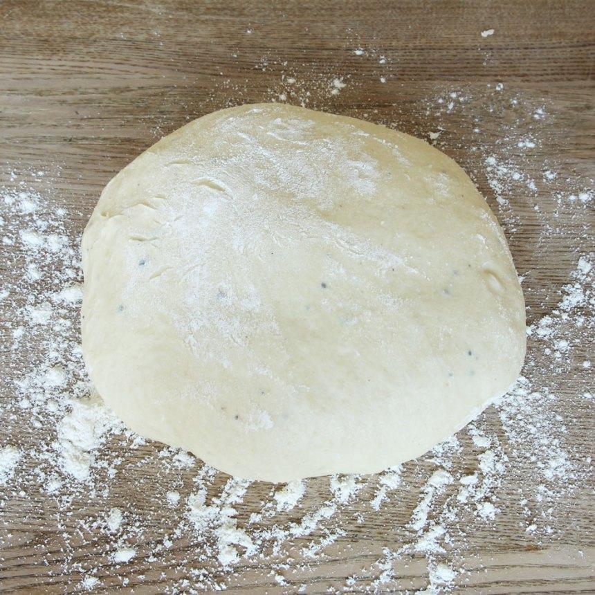 1. Smula ner jästen i en bunke. Tillsätt mjölken och blanda tills jästen lösts upp. Tillsätt strösocker, kardemumma, salt, ägg, smör och vetemjöl, lite i taget. Blanda ihop allt till en smidig deg och knåda den i några minuter. Låt den jäsa under bakduk i ca 50 min.