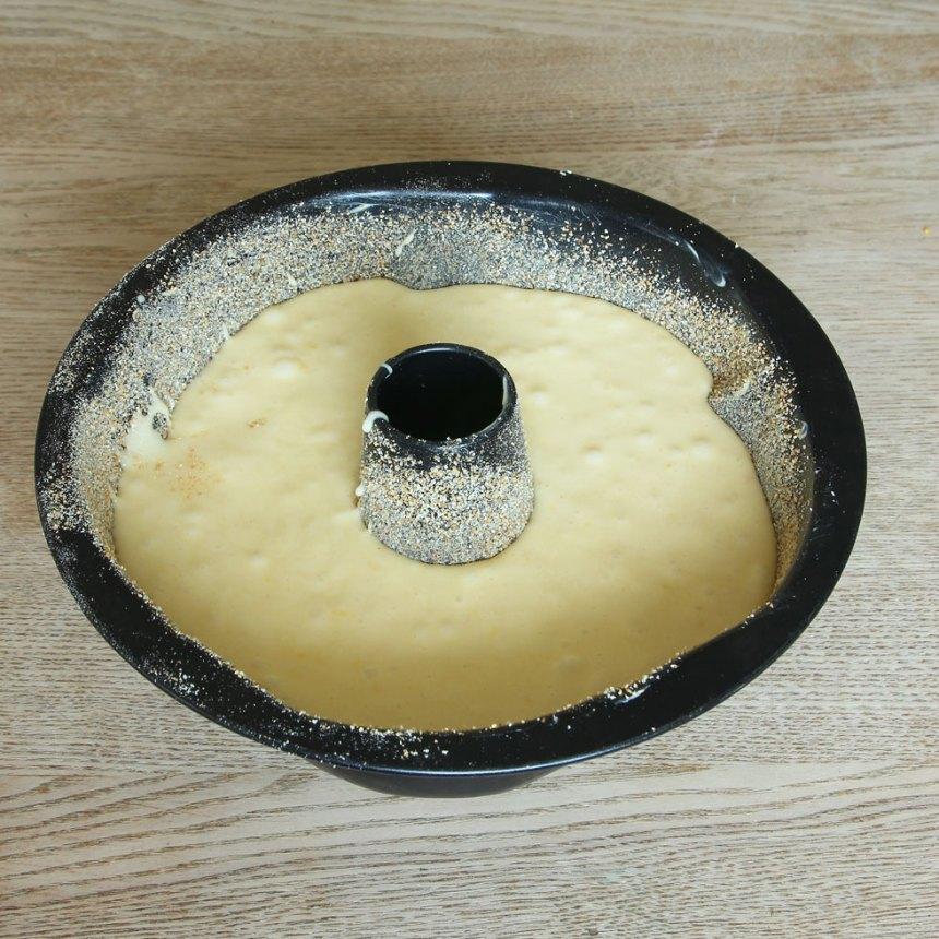 2. Häll smeten i en smord och bröad sockerkaksform, ca 1 ½ liter.