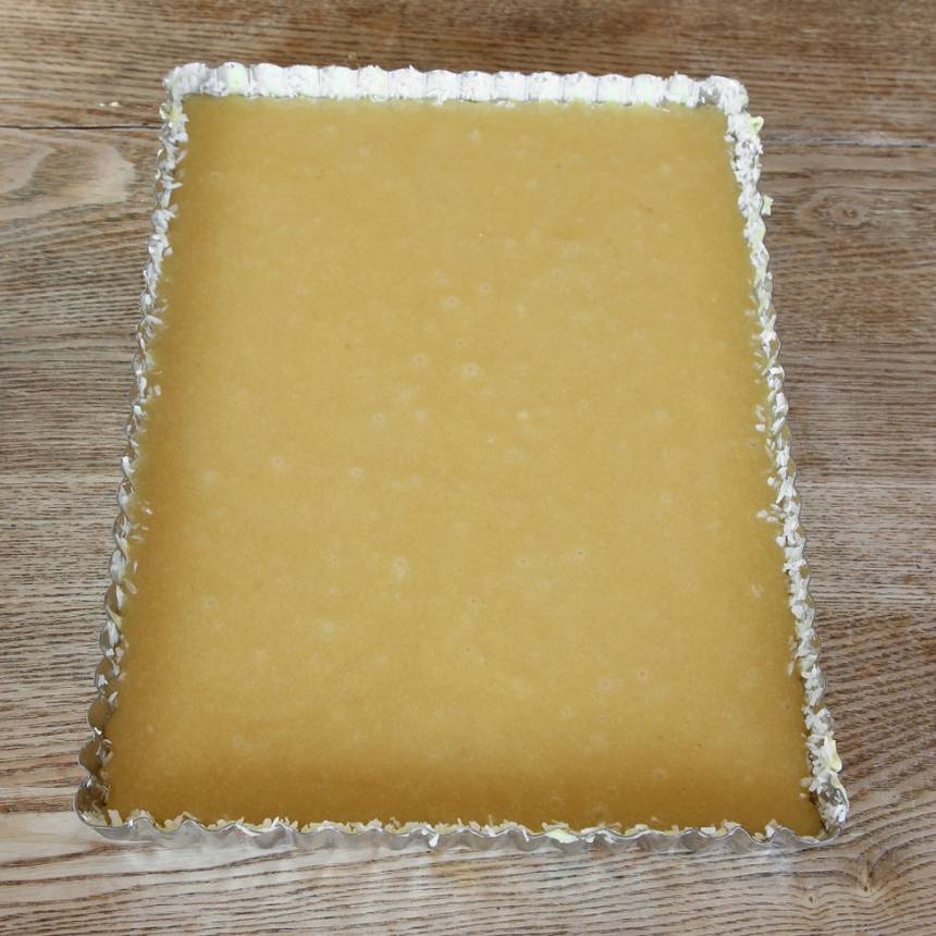 2. Häll smeten i en smord och bröad form (bröa gärna med kokos), ca 19 x 27 cm.