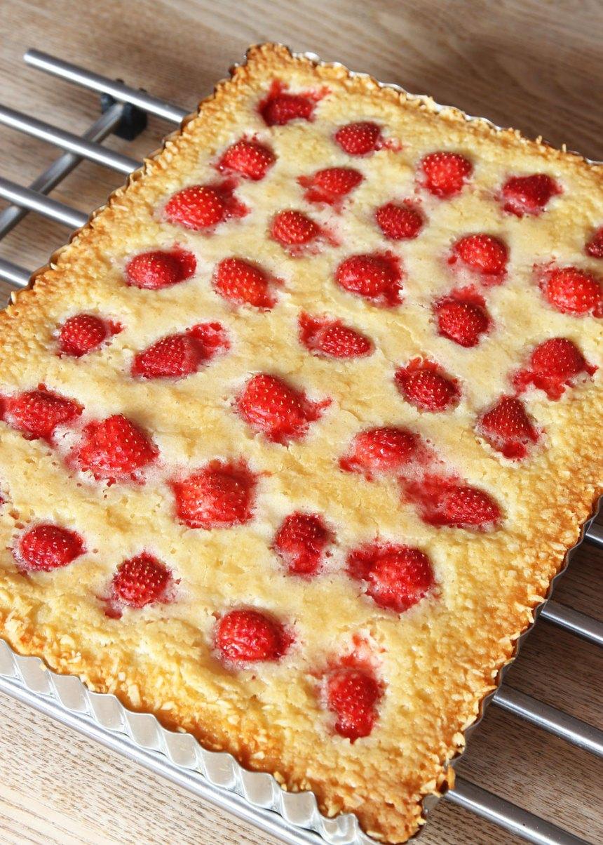 4. Grädda kakan mitt i ugnen i 28–35 min beroende på hur kladdig du vill ha den. Låt den svalna i formen. (Obs! Gräddningstiden är lite längre än en vanlig, rund kladdkaka för denna innehåller mer smet). Servera gärna med lättvispad grädde eller vaniljglass.