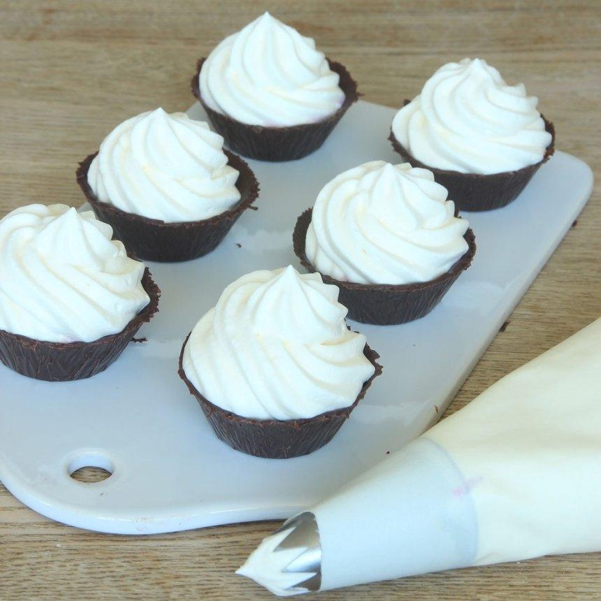 7. Spritsa eller klicka ner vispad grädde i chokladformarna.