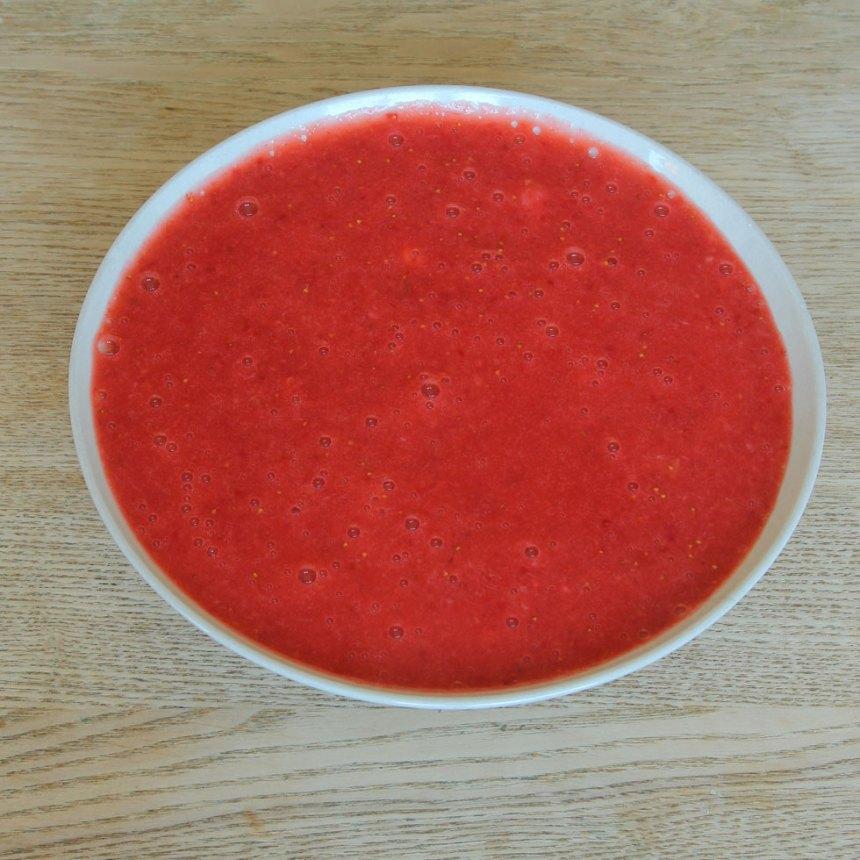 1. Ta bort det gröna på jordgubbarna och skölj dem. Mixa jordgubbarna till en slät puré.