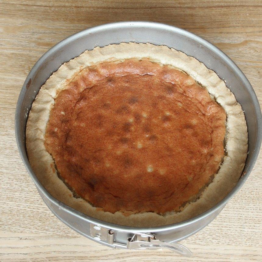 5. Grädda kakan i 35–40 min. Låt den kallna helt i formen.