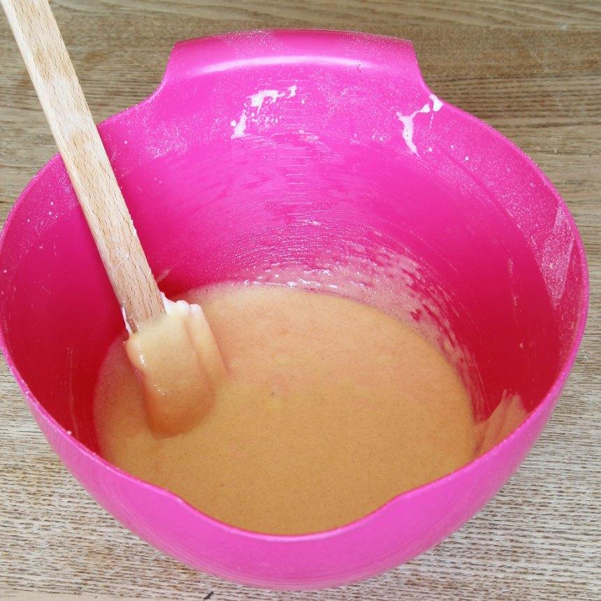 1. Sätt ugnen på 200 grader. Vispa ägg och strösocker vitt och pösigt i en bunke. Vänd ner vetemjöl och smör och rör om försiktigt till en smet.