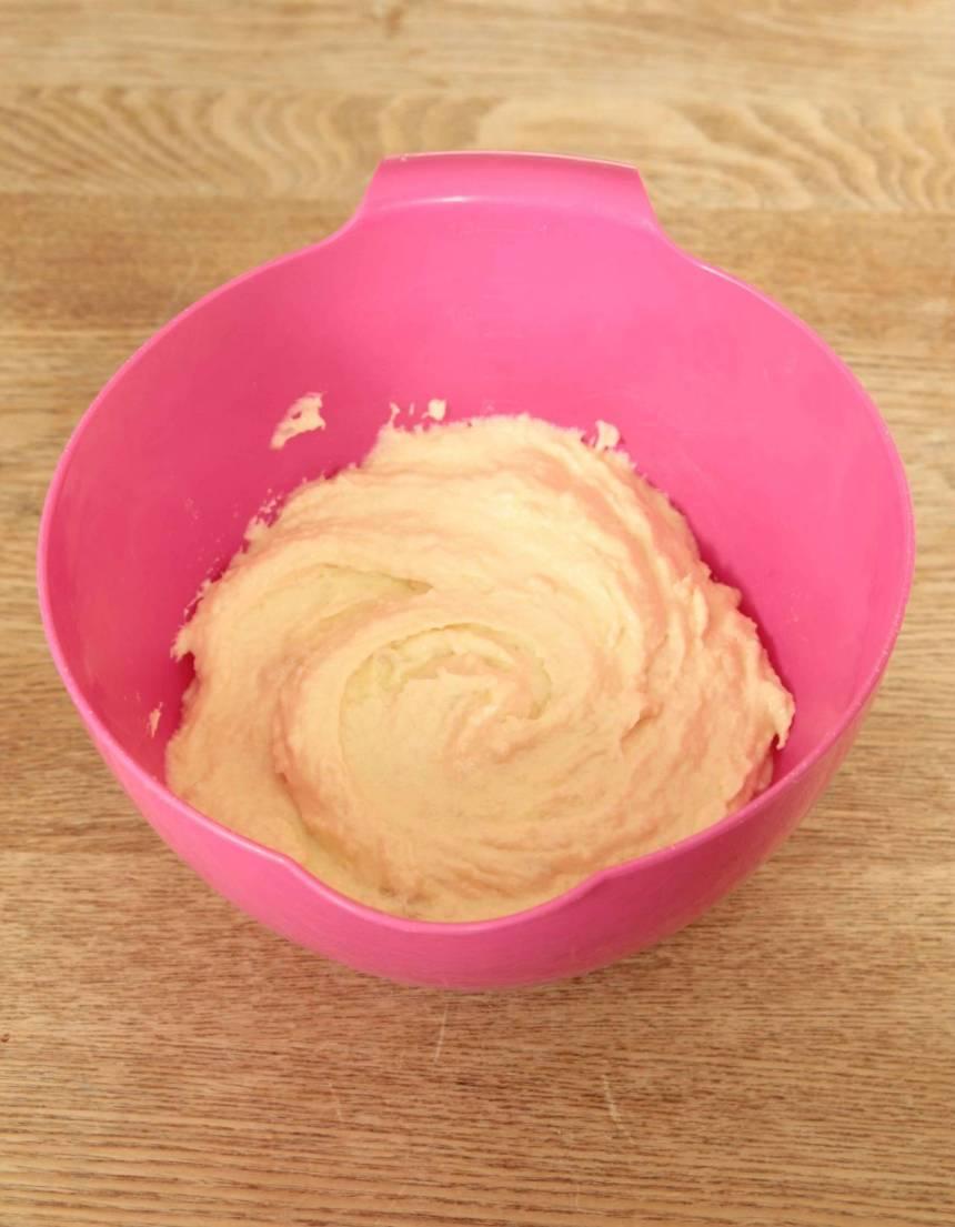 3. Mazarinfyllning: Vispa ihop mandelmassa och smör med en elvisp i en bunke. Tillsätt äggen och fortsätt vispa till en slät massa.