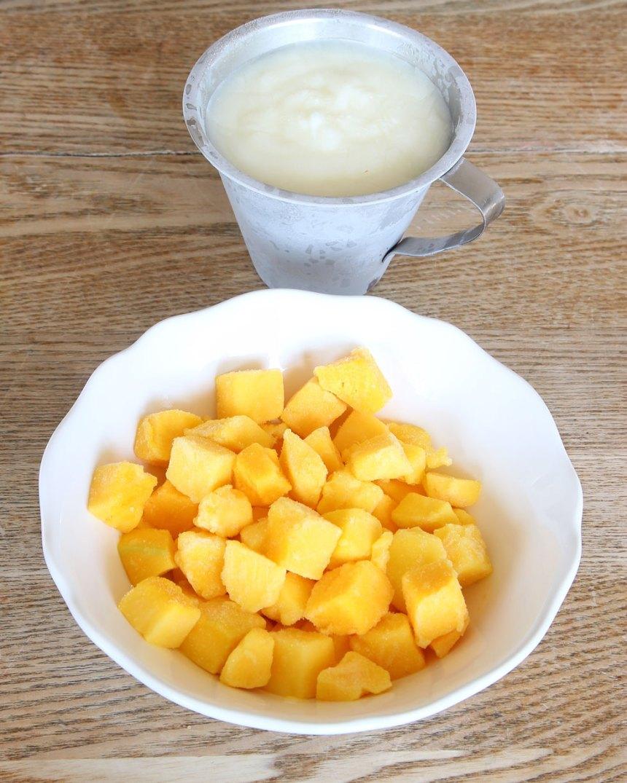 1. Mixa den frysta yoghurten och mango till en slät glass i en mixer eller köksmaskin med knivar. Låt det tina något om det är svårt att mixa. Ät direkt!