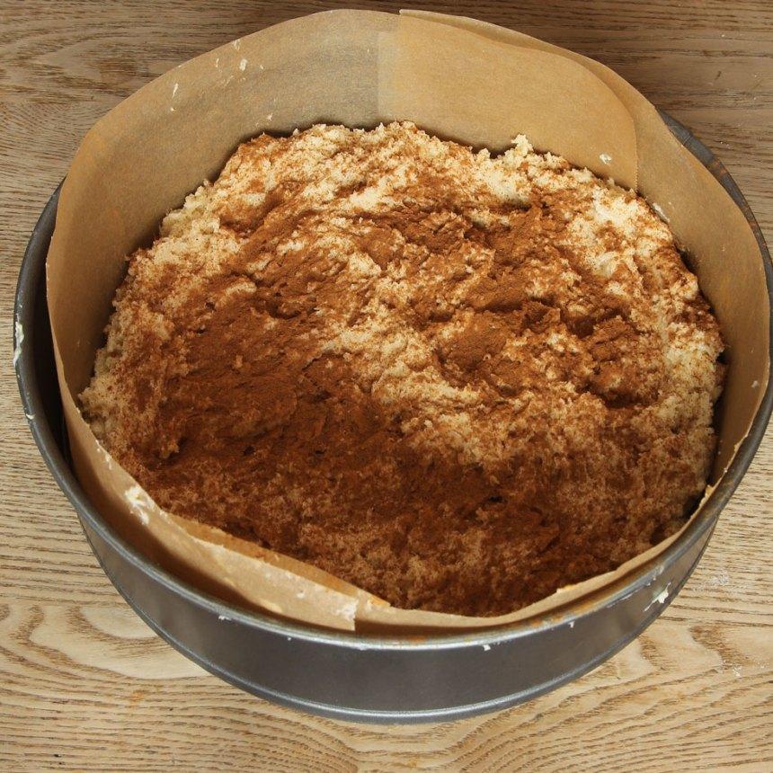 4. Strö över kanel i valfri mängd. Grädda kakan mitt i ugnen i 30–35 min. Låt den svalna i formen. Pudra över florsocker före servering.