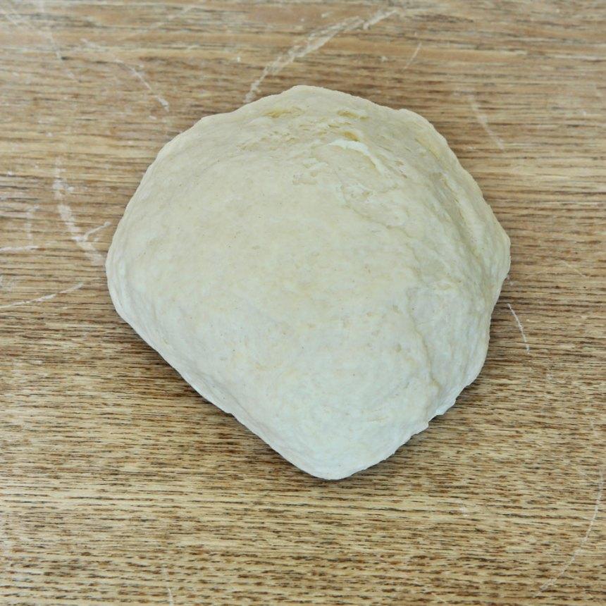 1. Smula ner jästen i en bunke och lös upp den i mjölken. Tillsätt salt, rapsolja, rågsiktoch vetemjöl, lite i taget. Blanda ihop allt till en smidig deg och knåda den i några minuter så att glutentrådarna blir starka. Låt degen jäsa under bakduk i ca 45 min.