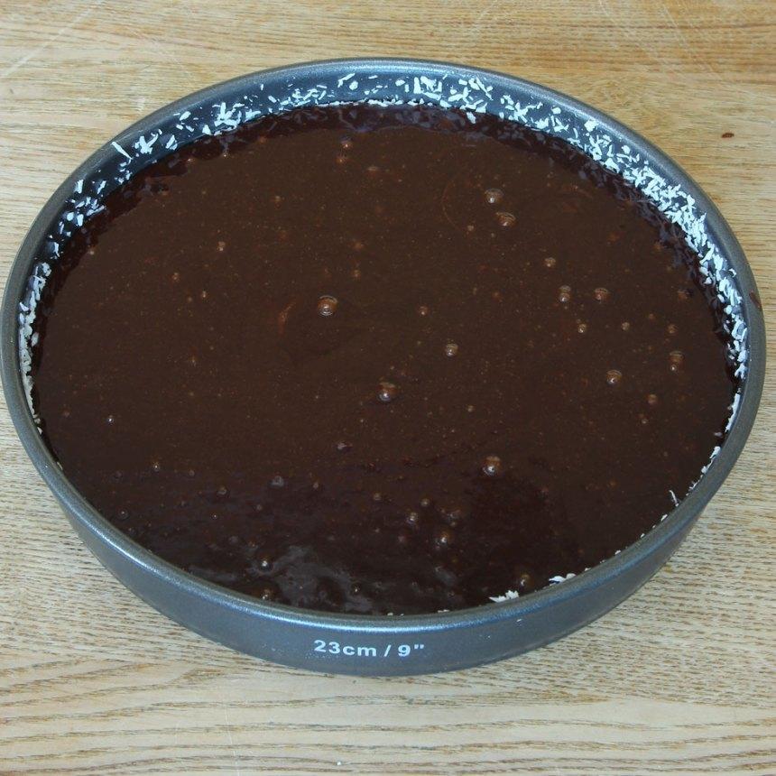 2. Häll smeten i en smord och bröad springform, 23–24 cm i diameter. (Bröa med kokos eller ströbröd.)
