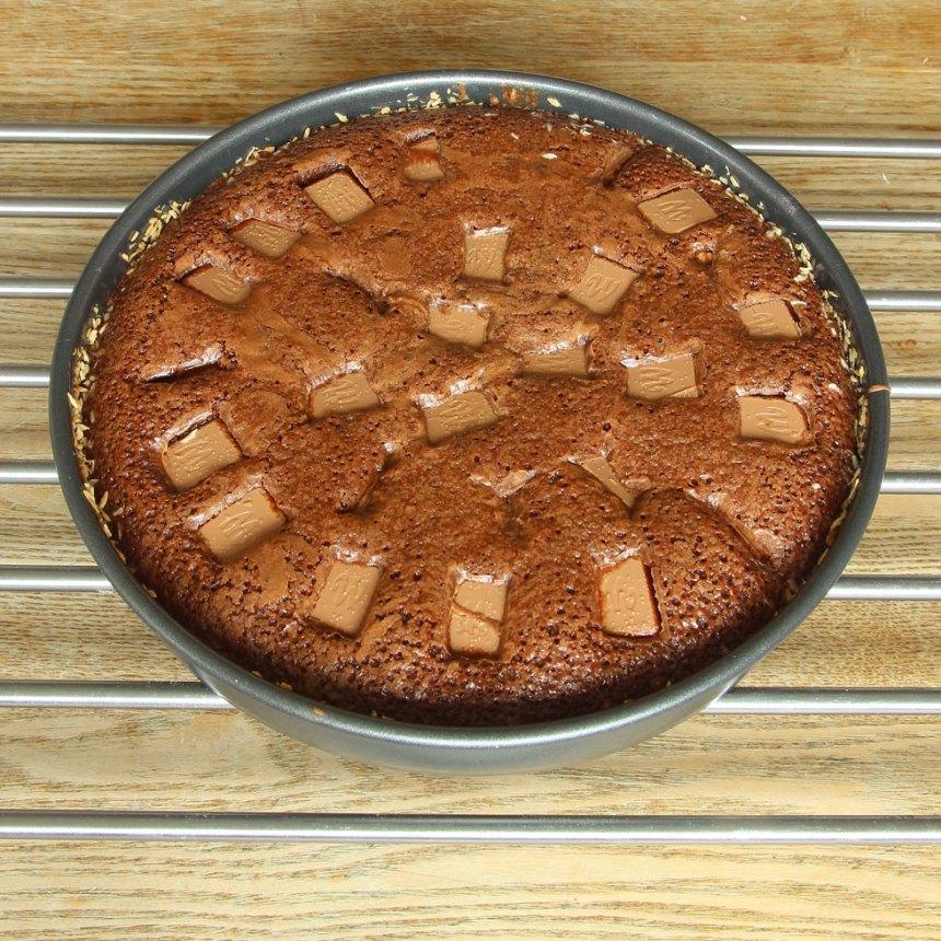 5. Grädda kakan mitt i ugnen i 22–28 min beroende på hur kladdig du vill ha den. Låt den svalna i formen.
