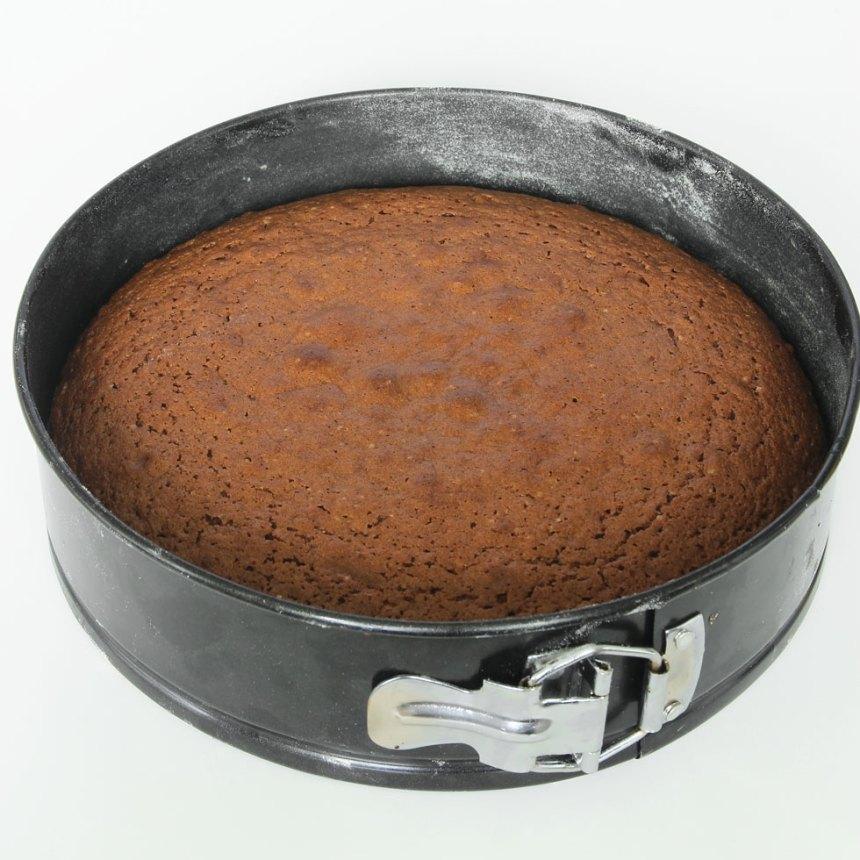 2. Häll smeten i en form med löstagbar kant, ca 24 cm i diameter. Grädda kakan mitt i ugnen i 36–40 min. Låt den svalna i formen.