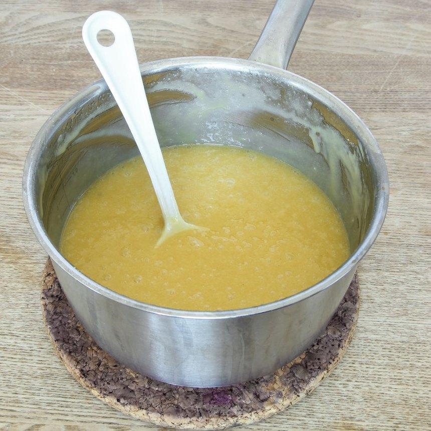 1. Sätt ugnen på 180 grader. Smält smöret i en kastrull. Tillsätt strösocker, vaniljsocker, ägg och vetemjöl. Rör ihop allt till en smet.