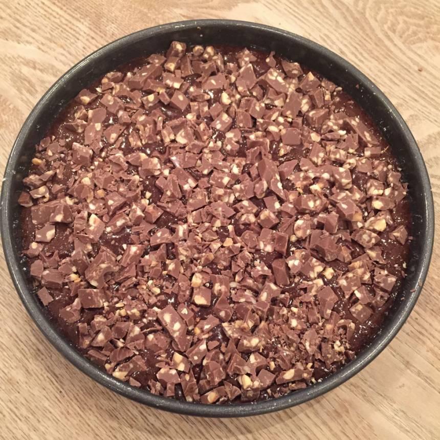 4. Strö chokladhacket över smeten.