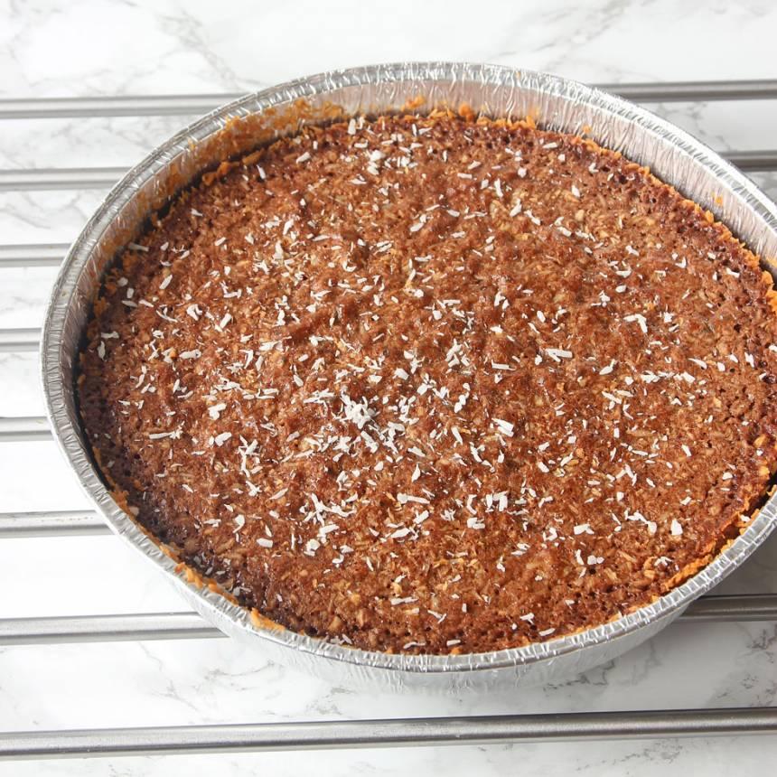 4. Grädda kakan mitt i ugnen i 22–25 min beroende på hur kladdig du vill ha den. Låt den svalna i formen. Servera gärna med lättvispad grädde eller vaniljglass.