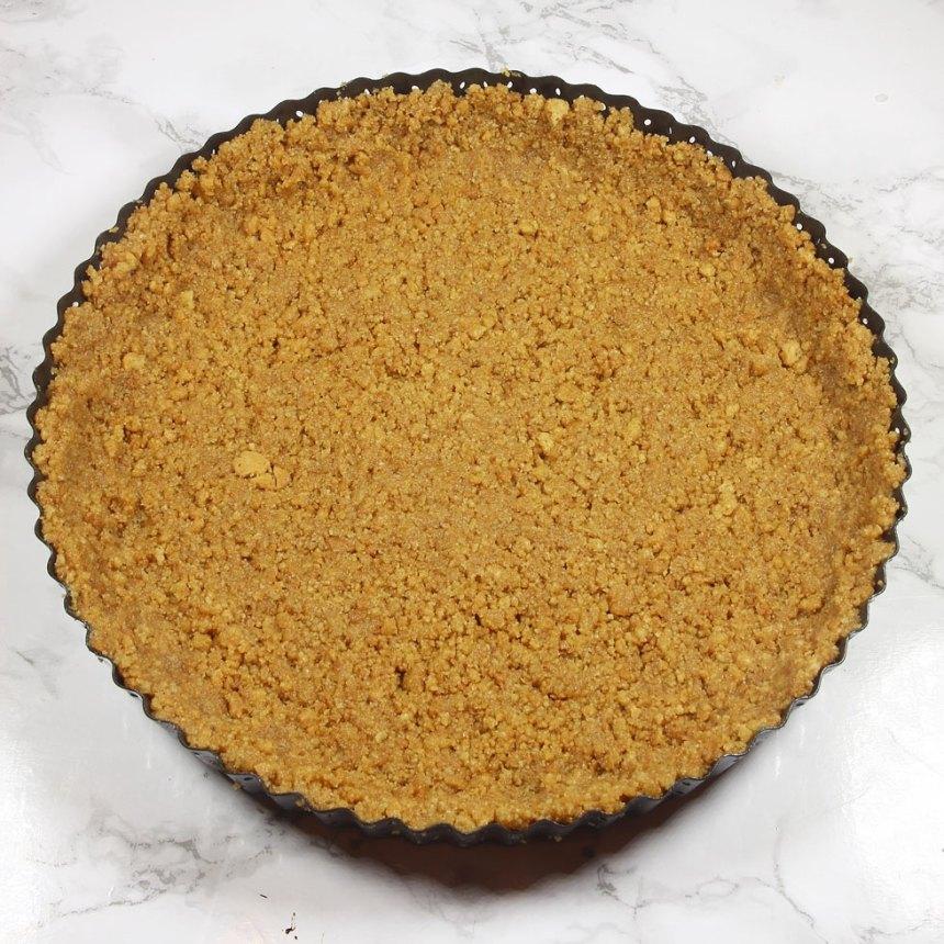 2. Tryck ut smulorna i en pajform, ca 24 cm i diameter. Tryck upp dem en liten bit på kanterna.