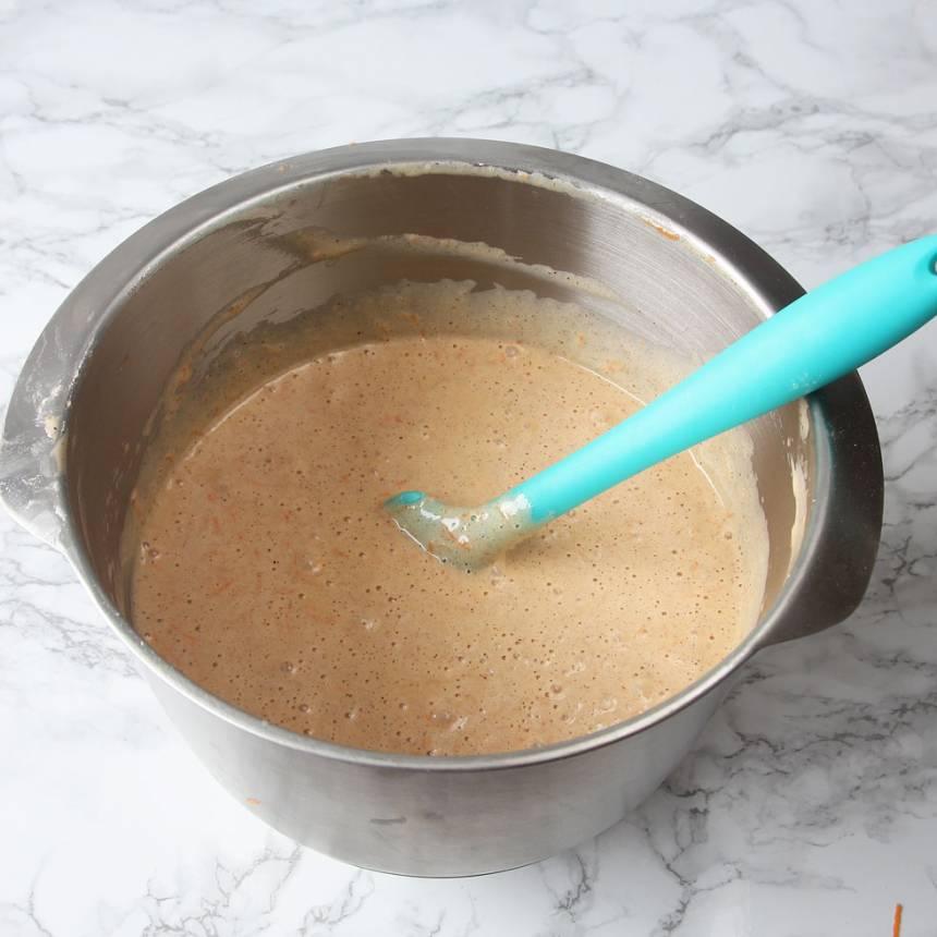 2. Vispa ägg och socker vitt och pösigt i en bunke. Tillsätt olja och morötter. Blanda ihop bakpulver, vaniljsocker, kanel och vetemjöl. Rör ner det i äggsmeten och blanda till en slät smet.