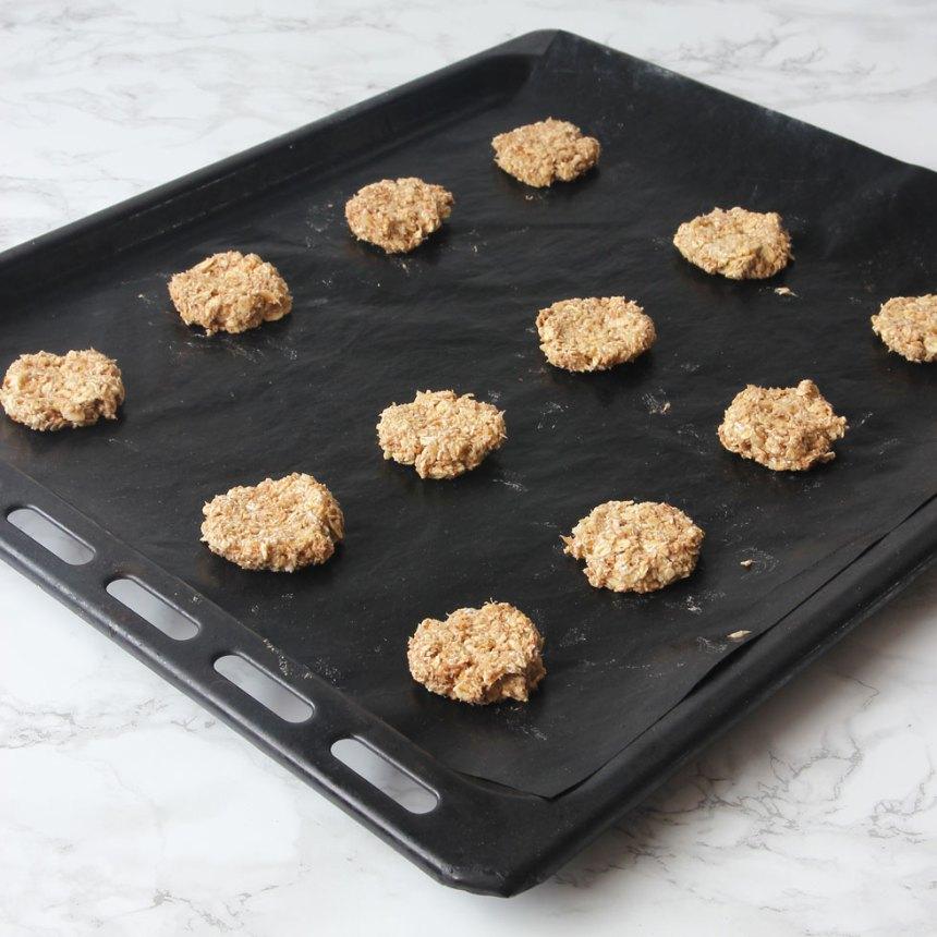 3. Forma ca 12 runda kakor och lägg dem på en plåt med bakplåtspapper. Platta till dem lite.