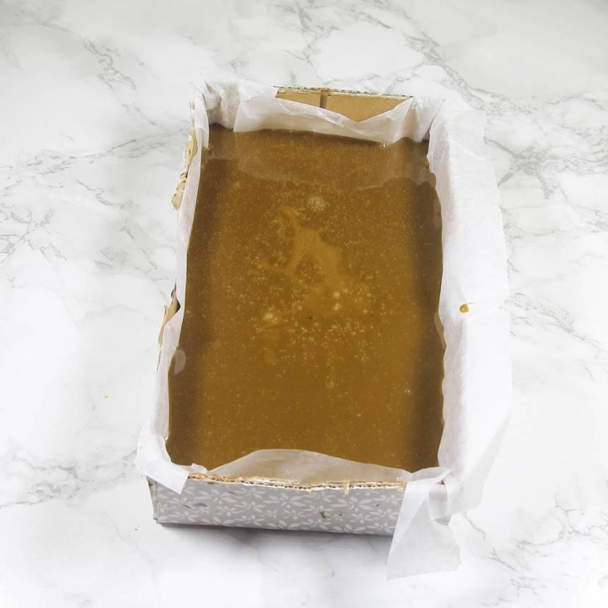 3. Häll kolasmeten i en form klädd med bakplåtspapper, ca 12 x 22 cm (en större form går bra, men då blir kolarna plattare).