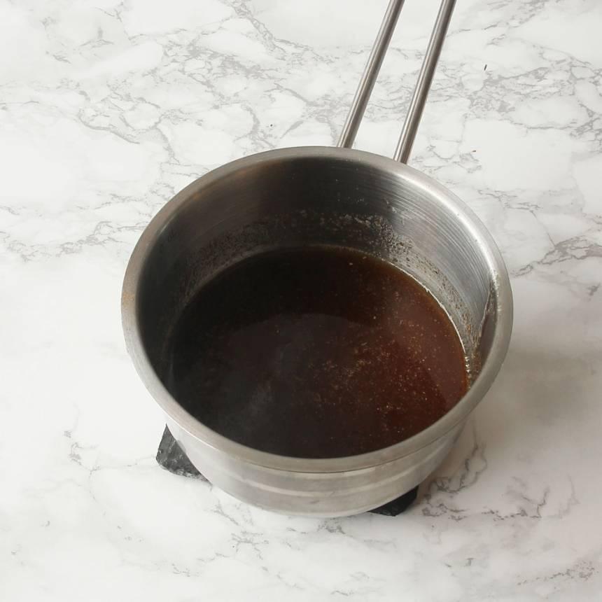 1. Sätt ugnen på 200 grader. Smält smöret i en kastrull. Ta bort kastrullen från plattan och rör ner pepparkakskryddan och 1 tsk kanel.