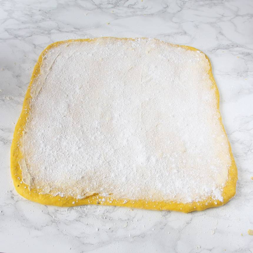 3. Fyllning: Bred ut hälften av smöret på degplattan och strö över hälften av strösockret och vaniljsockret.