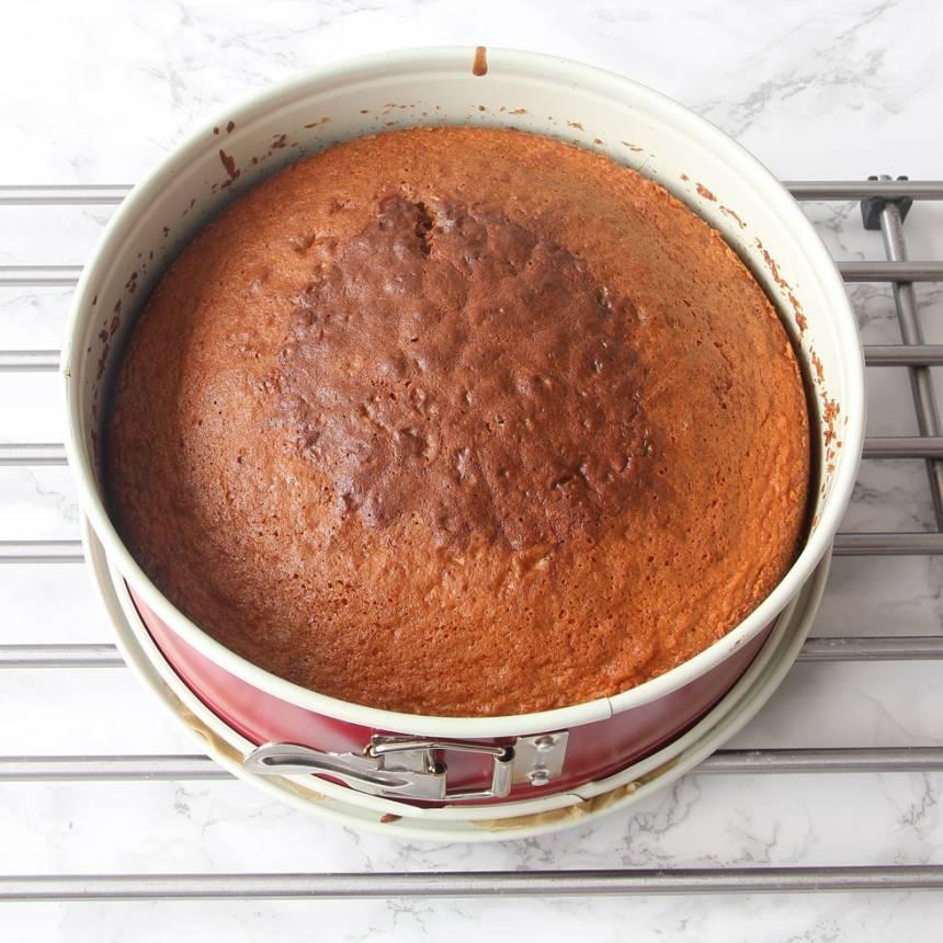 6. Grädda kakan längst ner i ugnen i 40–45 min. Låt den svalna i formen.