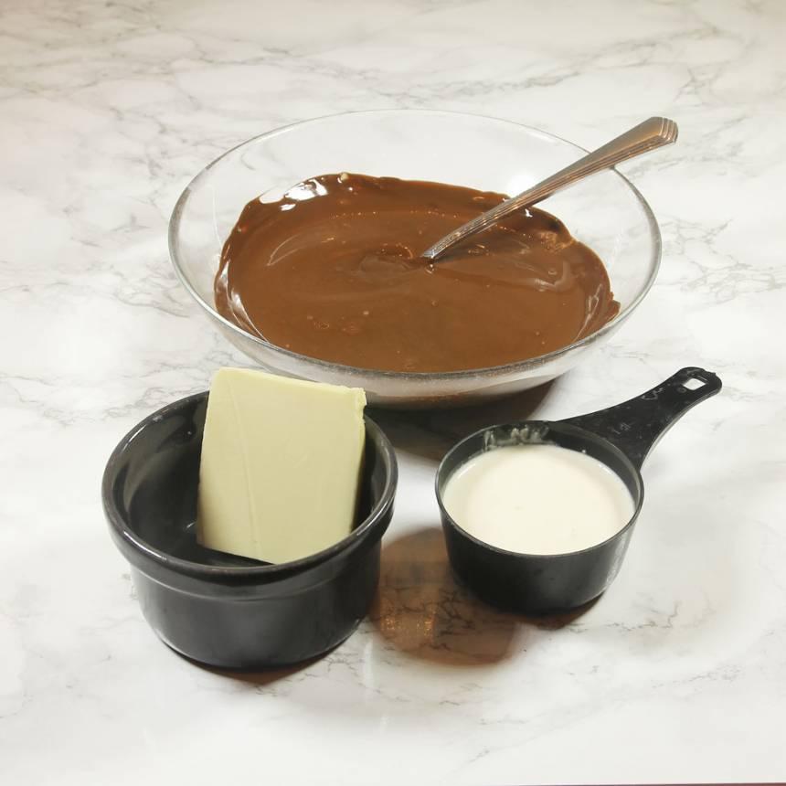 2. Smält chokladen över vattenbad. Smält ner smöret och rör ihop.