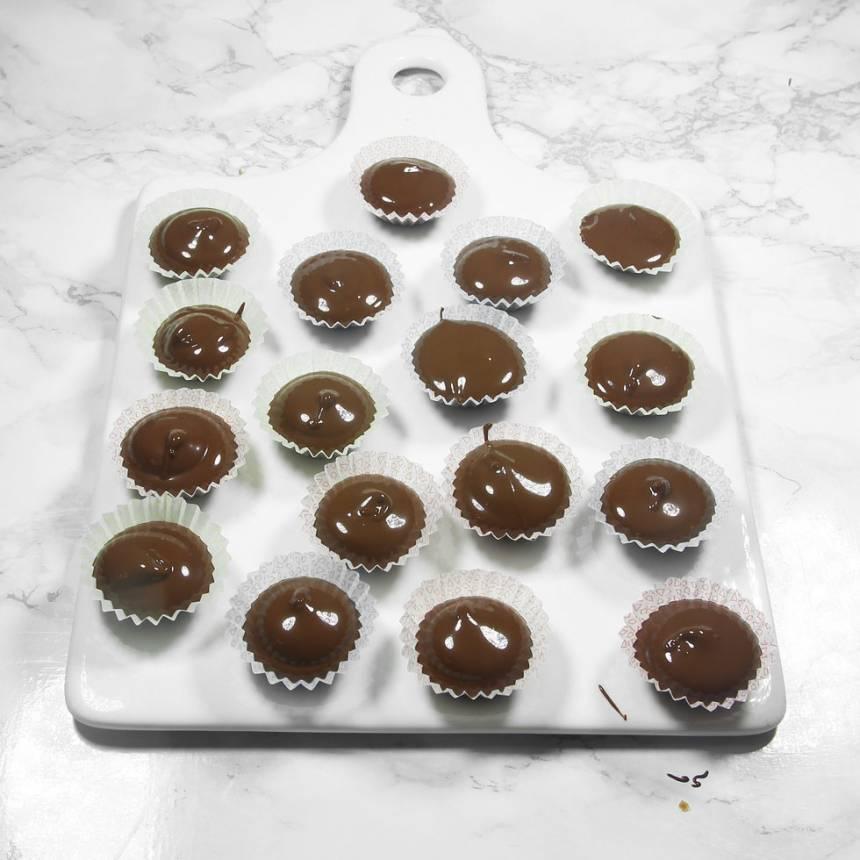 Häll chokladen i knäckformar. Använd gärna en kanna med pip.