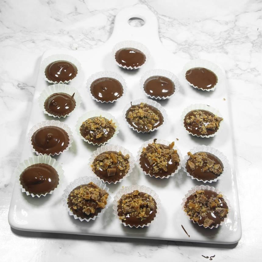 Strö hackad Daim över chokladen i formarna. Låt dem stelna i kylen.