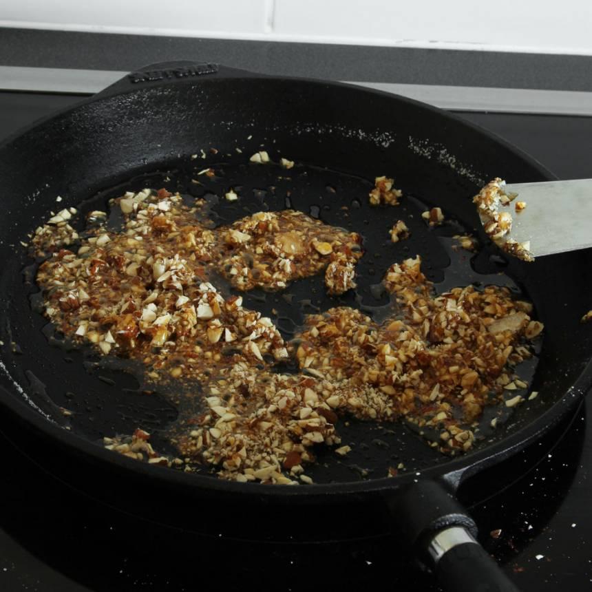 1. Krokant: Smält sockret på medelvärme i en stekpanna (det får inte brännas). Tillsätt den hackade sötmandeln och rör om.