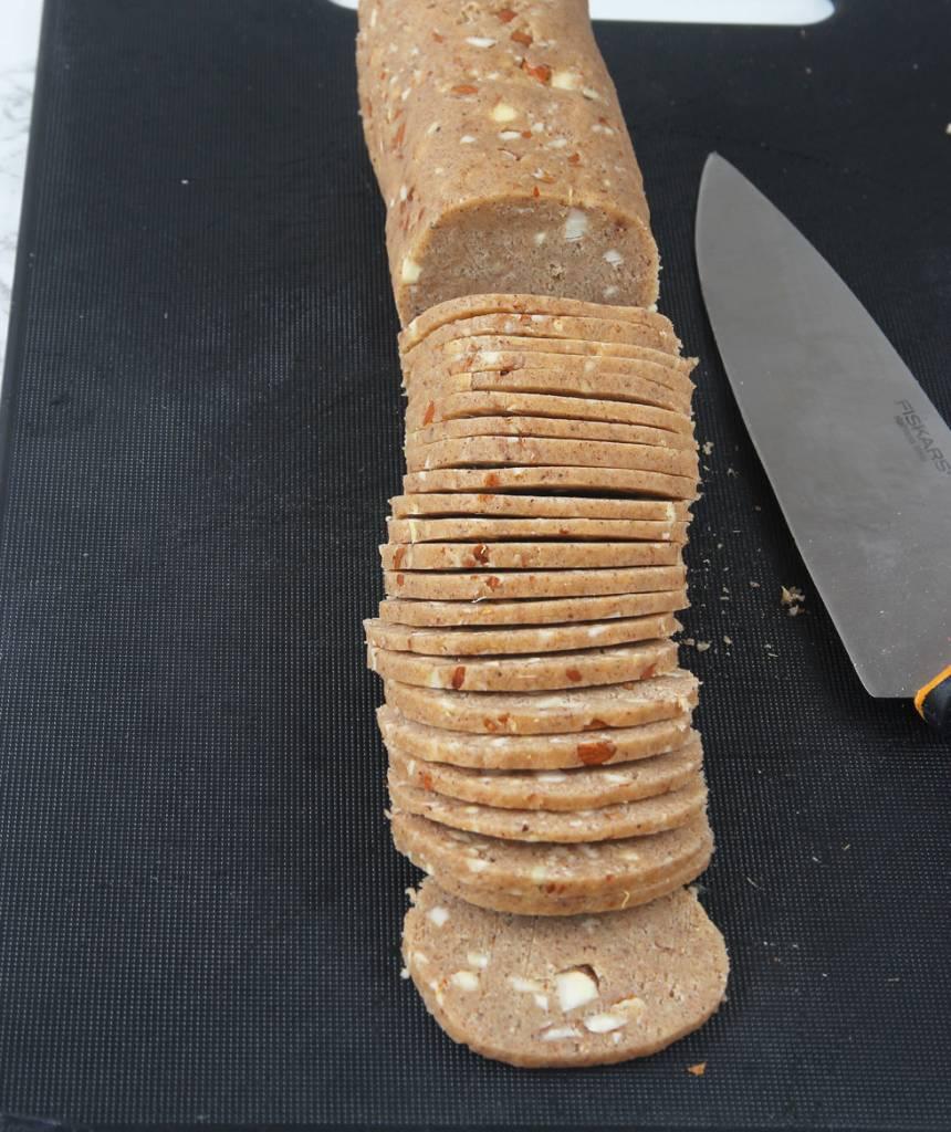 5. Skär degen i tunna skivor, 2–3 mm med en vass kniv.