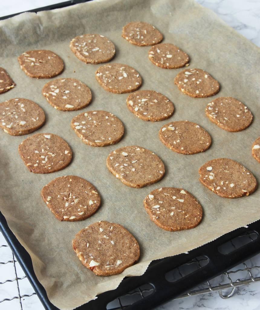 7. Grädda kakorna mitt i ugnen i 10–12 min. Låt dem svalna och stelna på plåten.