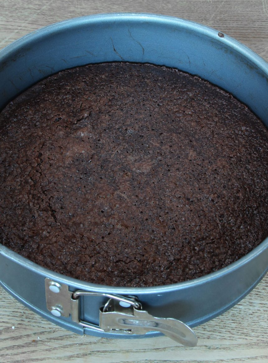 3. Skär kolan i bitar med en vass kniv. Förvara kolan i en burk med lock.