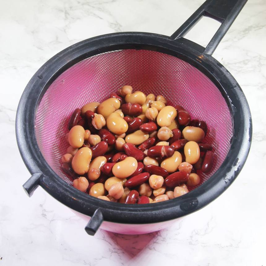 3. Häll ner bönorna i en sil. Skölj av dem med kallt vatten och låt vätskan rinna av.