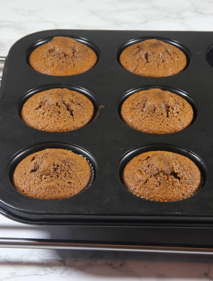 4. Grädda muffinsarna mitt i ugnen i 14–16 min. Pudra ev. florsocker över dem före servering.