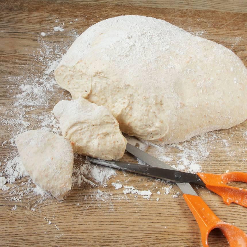 2. Rulla degen i mjöl och klipp den i bitar, ca 24 st.