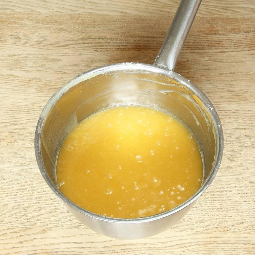 1. Sätt ugnen på 180 grader. Smält smöret i en kastrull och rör ner sockret. Tillsätt resten av ingredienserna och blanda ihop allt till en slät smet.
