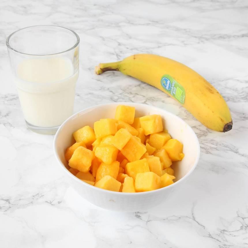 1. Tina mangon lite lätt (den ska vara halvfryst). Ta fram en banan och mjölk.