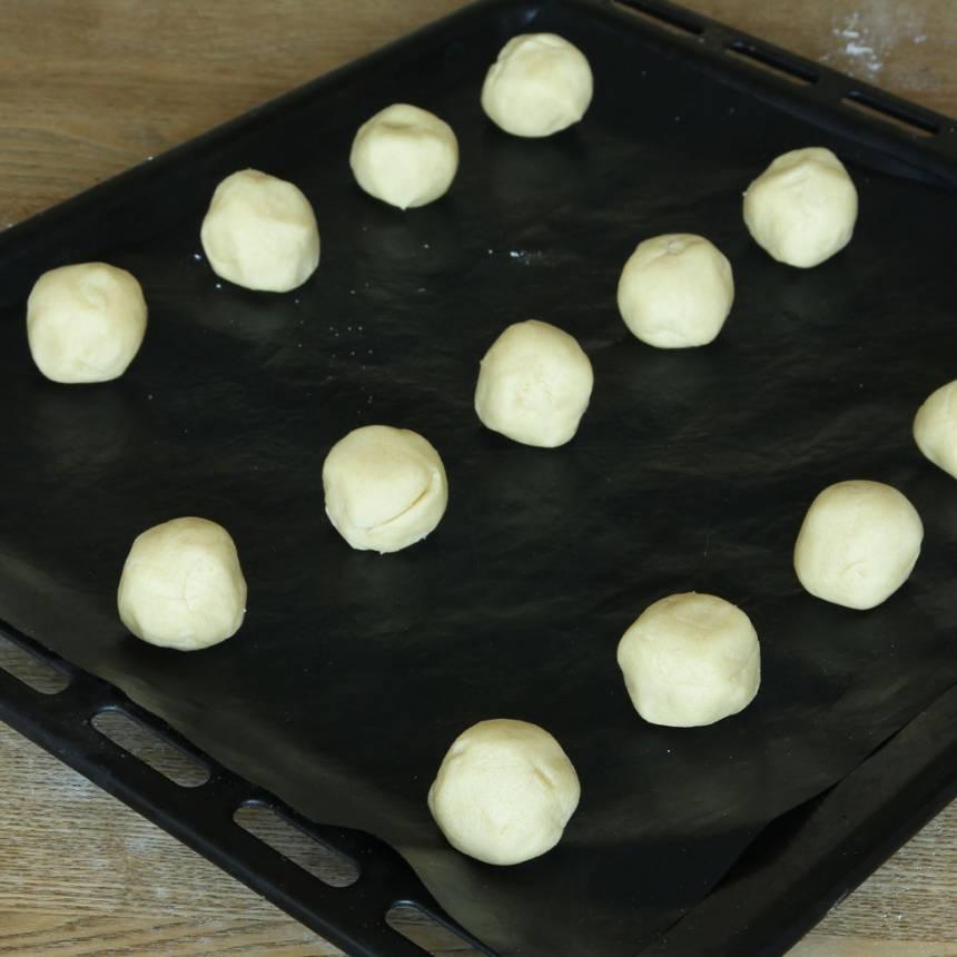3. Lägg bollarna på en plåt med bakplåtspapper.
