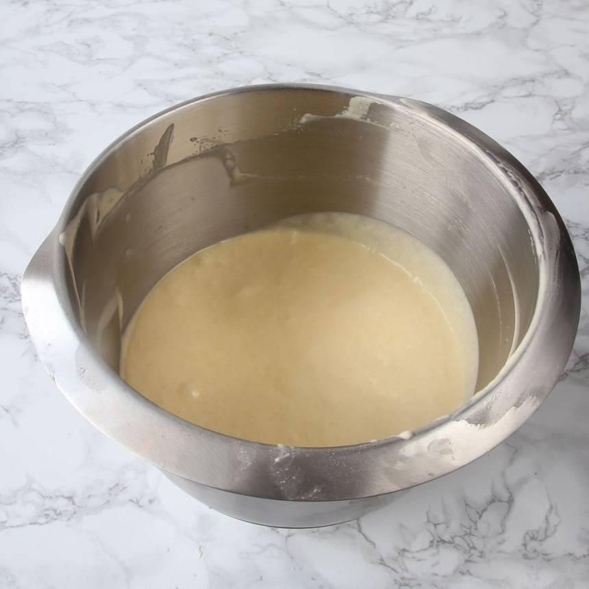 1. Sätt ugnen på 200 grader.Vispa ägg och strösocker pösigt i en bunke. Tillsätt vaniljsocker, bakpulver, smör, vetemjöl och mjölk. Vispa snabbt ihop allt snabbt till en slät smet.