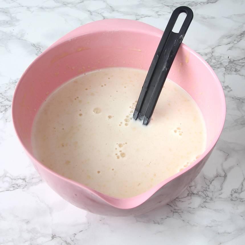 2. Tillsätt resten av mjölken, lite i taget och vispa allt till en slät smet. Låt den stå i ca 10 min. Om smeten är för tjock kan man tillsätt lite extra mjölk. Och om smeten är för tunn kan man vispa i lite extra vetemjöl. Provgrädda en pannkaka för att avgöra det.