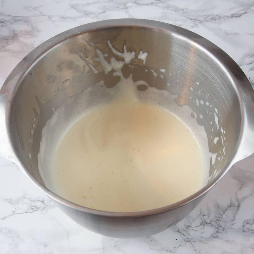 3. Vispa äggen fluffiga med en elvisp i en bunke.